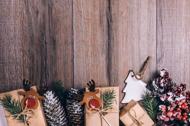 Kerst achtergrond. kerstdecoraties en geschenkdozen op donkere houten achtergrond