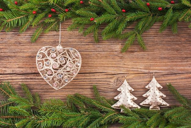 Kerst achtergrond. kerstmisspar, kerstboomstuk speelgoed, giften op oude houten raadsachtergrond met exemplaarruimte. afgezwakt