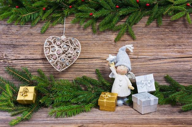 Kerst achtergrond. kerstmisspar, kerstboomstuk speelgoed, giften op oude houten raadsachtergrond met exemplaarruimte.