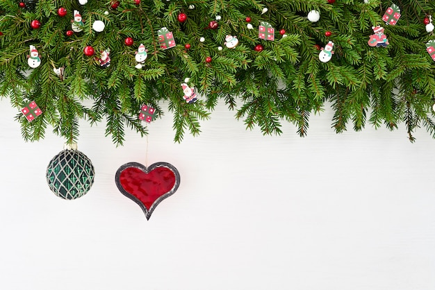 Kerst achtergrond. kerstmisspar met decoratie op witte achtergrond. copyspace.