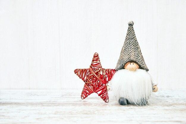 Kerst achtergrond. kerstmisspeelgoed op witte houten achtergrond. kopieer ruimte