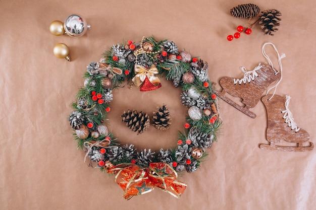 Kerst achtergrond lay-out op ambachtelijke papier achtergrond