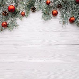 Kerst achtergrond met ballen en ruimte op bodem