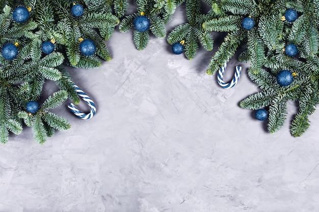 Kerst achtergrond met blauwe ballen.