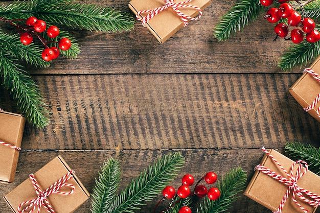 Kerst achtergrond met bokeh lichten op houten oppervlak. vrolijke kerstkaart.