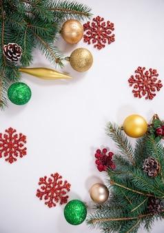 Kerst achtergrond met boomtakken speelgoed en decoratieve sneeuwvlokken