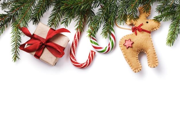 Kerst achtergrond met decoraties en geschenkdozen geïsoleerd op een witte achtergrond
