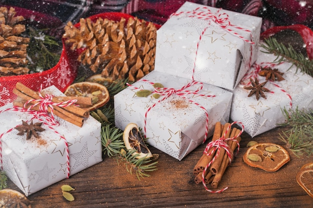 Kerst achtergrond met decoraties en geschenkdozen op donkere houten bord.