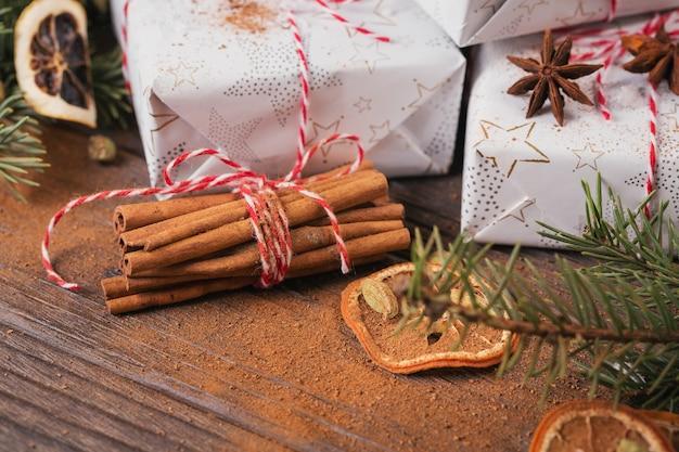 Kerst achtergrond met decoraties en geschenkdozen op donkere houten bord. Premium Foto