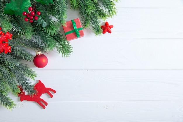 Kerst achtergrond met decoraties en geschenkdozen op een houten bord