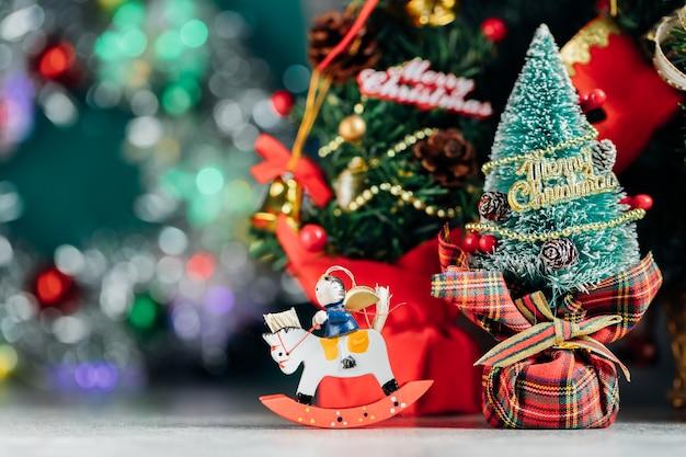 Kerst achtergrond met decoraties en geschenkdozen op houten