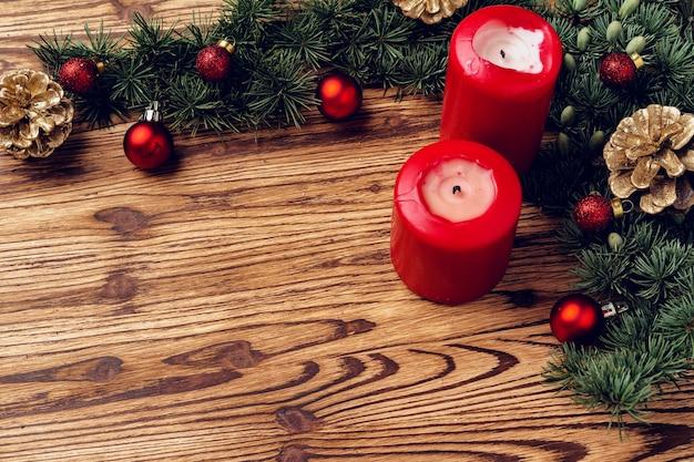 Kerst achtergrond met decoraties op bruin houten bord