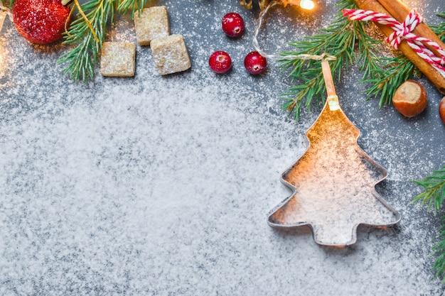 Kerst achtergrond met een cookie cutter in de vorm van een kerstboom.
