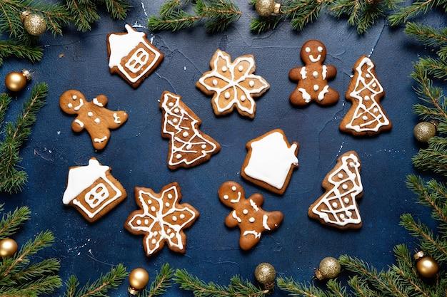 Kerst achtergrond met fir tree en peperkoek op dar blauw