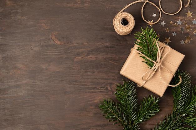 Kerst achtergrond met handgemaakte cadeaus inwikkeling, presenteert op rustieke houten tafel. kerst diy-verpakking.