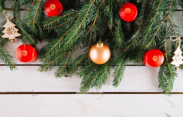 Kerst achtergrond met kaarsen en bal
