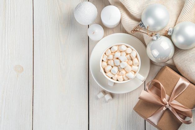 Kerst achtergrond met koffie, cadeau en kerstballen op een witte achtergrond. bovenaanzicht, kopieer ruimte.
