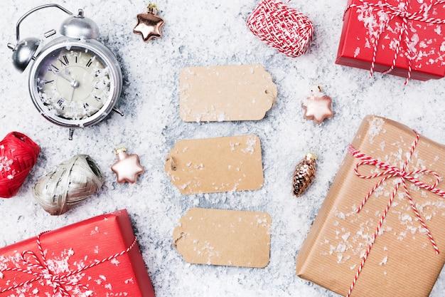 Kerst achtergrond met papieren tags