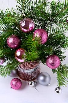 Kerst achtergrond met roze, glitter en zilveren kerstballen