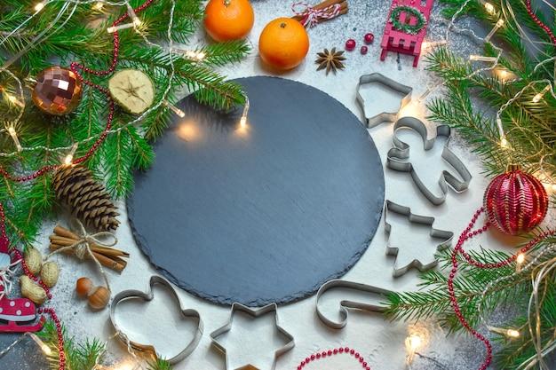 Kerst achtergrond met ruimte voor tekst. gelukkig nieuwjaar. ingrediënten voor kerstkoekjes.
