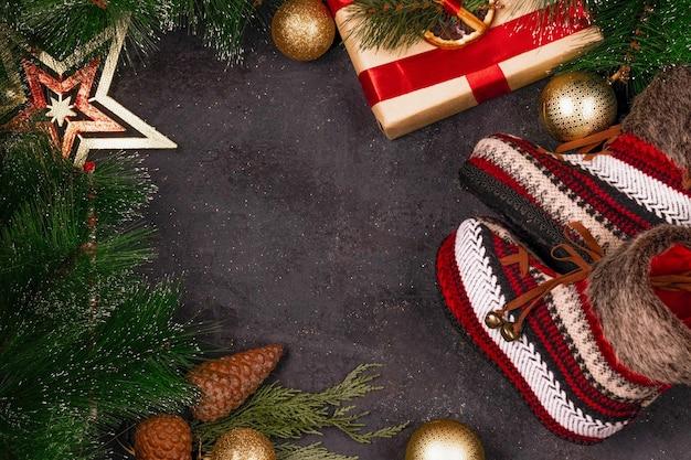 Kerst achtergrond met takken, speelgoed en geschenkdozen