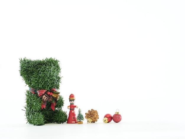 Kerst achtergrond met teddybeer en decoraties op witte achtergrond