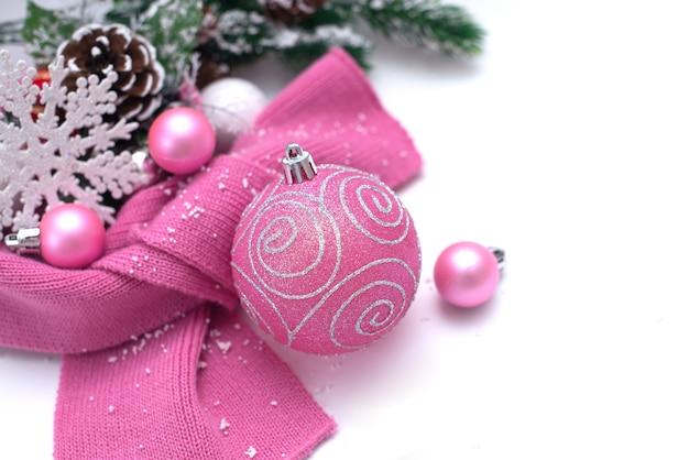 Kerst achtergrond met vuren takken en roze kerstboom speelgoed