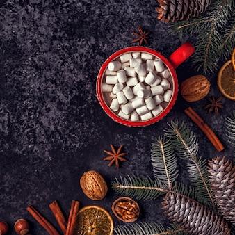 Kerst achtergrond met warme chocolademelk en marshmallow