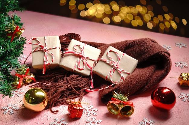 Kerst achtergrond met xmas concept. vrolijke kerstkaart met doos met cadeau.