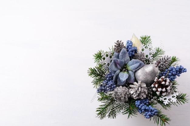 Kerst achtergrond met zilveren glitter decor en blauwe zijde poinsettia