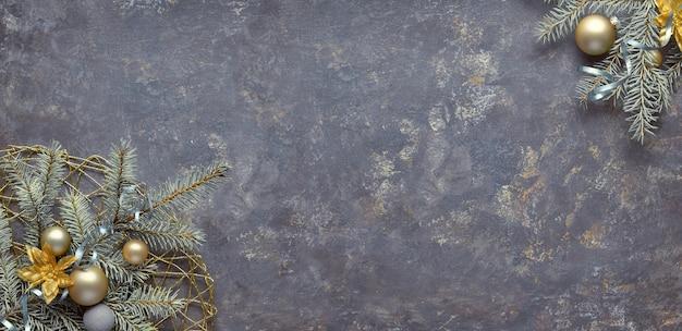Kerst achtergrond, plat leggen, hoeken versierd met sparren en decoraties op donker getextureerd bord. panoramische compositie, kopie-ruimte.