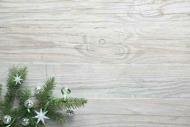Kerst achtergrond, plat leggen, hoeken versierd met sparren en decoraties op houten planken, kopie-ruimte.