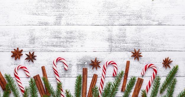 Kerst achtergrond. spartakken, snoepriet en geschenken op een lichte houten achtergrond.