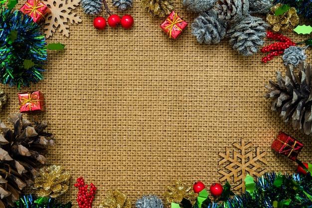 Kerst achtergrond stilleven met decoraties en ruimte voor type, sneeuwvlok, geschenken, dennenappel