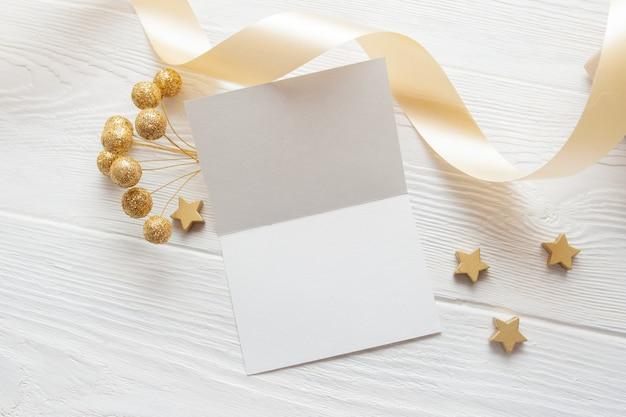 Kerst achtergrond voor wenskaart vel papier met plaats voor tekst. x-mas houten achtergrond.