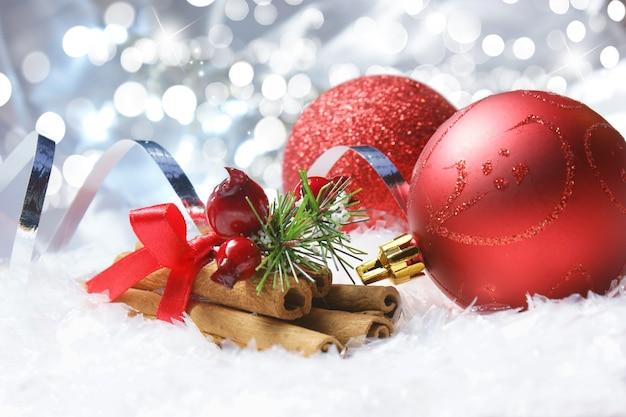 Kerst achtergrond wih kerstballen en cinammon