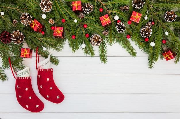 Kerst achtergrondkaart voor vakantie met rode sokken. kopieer ruimte