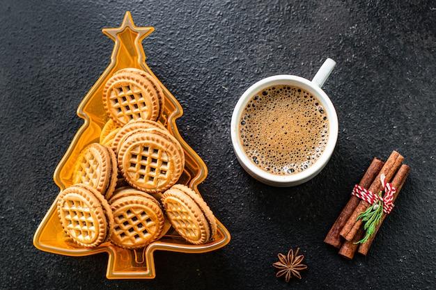 Kerst achtergrondkoekjes peperkoek en koffie op tafel