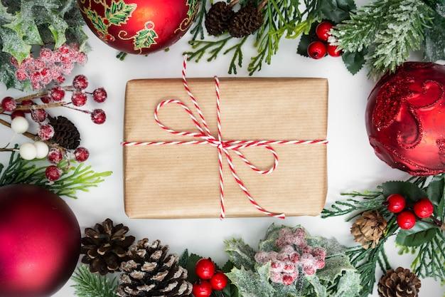 Kerst ambachtelijke geschenkdoos met decoraties.