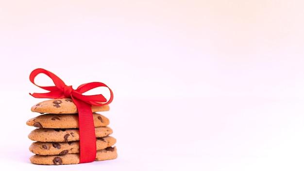 Kerst amerikaanse chocoladeschilferkoekjes met rood lint