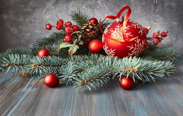 Kerst arrangement met kerstballen, fir twijgen en berijpte bessen op rustiek hout