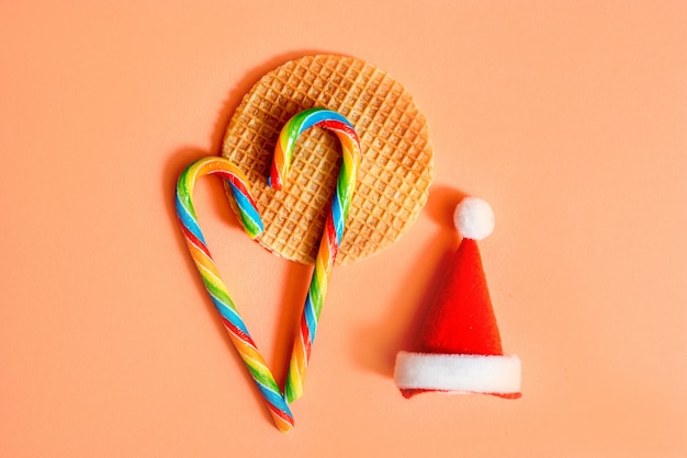 Kerst auto speelgoed levering met koekjes en glas thee met kerstverlichting aan