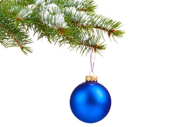 Kerst bal op de boom geïsoleerd op white