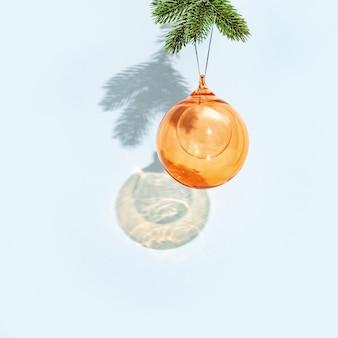 Kerst bal opknoping op pijnboomtak