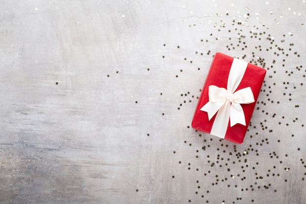 Kerst banner. xmas achtergrondontwerp, met realistische geschenkdoos en glitter confetti. horizontale kerstaffiche, wenskaarten.