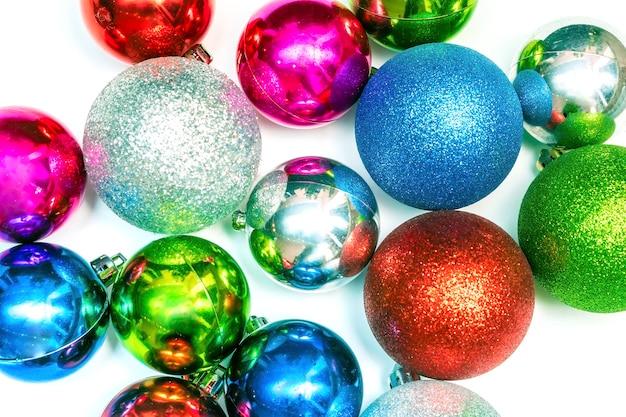 Kerst behang met kleurrijke ballen sieraad, nieuwe jaar decoraties op witte achtergrond close-up. mockup wenskaartsjabloon, plat, bovenaanzicht