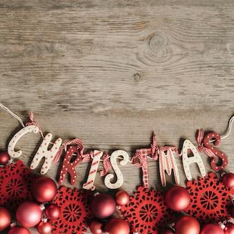 Kerst belettering met rood ornament in vintage stijl
