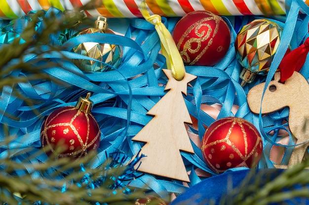 Kerst bont sparren boom speelgoed decoratie. vakantie voorbereidingen concept.