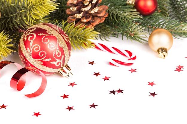 Kerst boog en decoratie op wit