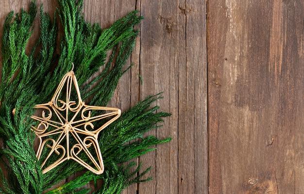Kerst boordmotief met takken en ster met kopie ruimte bovenaanzicht